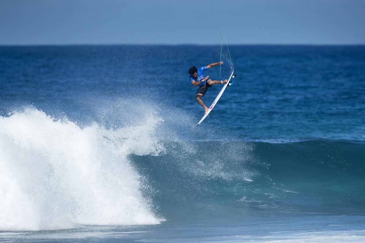 Italo Ferreira voando em Pipeline