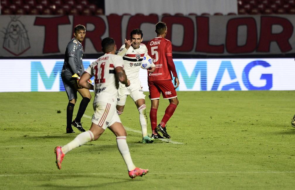 Pablo comemora com Luciano um dos gols contra o 4 de Julho — Foto: Marcos Ribolli