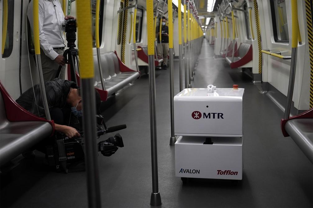 11 de março - Robô que borrifa peróxido de hidrogênio vaporizado é exibido à imprensa dentro de um vagão do metrô em Hong Kong, na China. Uma das principais redes de metrô de Hong Kong, a MTR colocou 20 robôs do tipo para esterilizar os vagões de seus trens — Foto: Kin Cheung/AP
