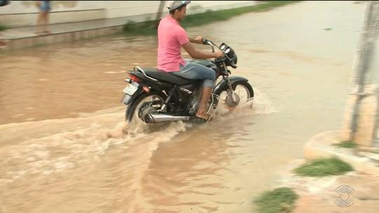 Chuva deixa casas e ruas alagadas em Sousa, no Sertão da Paraíba