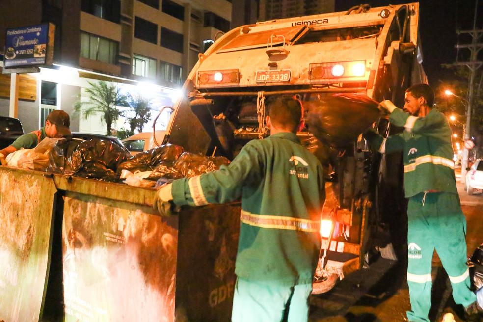 Funcionários do SLU recolhem contêiner de lixo em área comercial de Taguatinga, no DF — Foto: Andre Borges/Agência Brasília