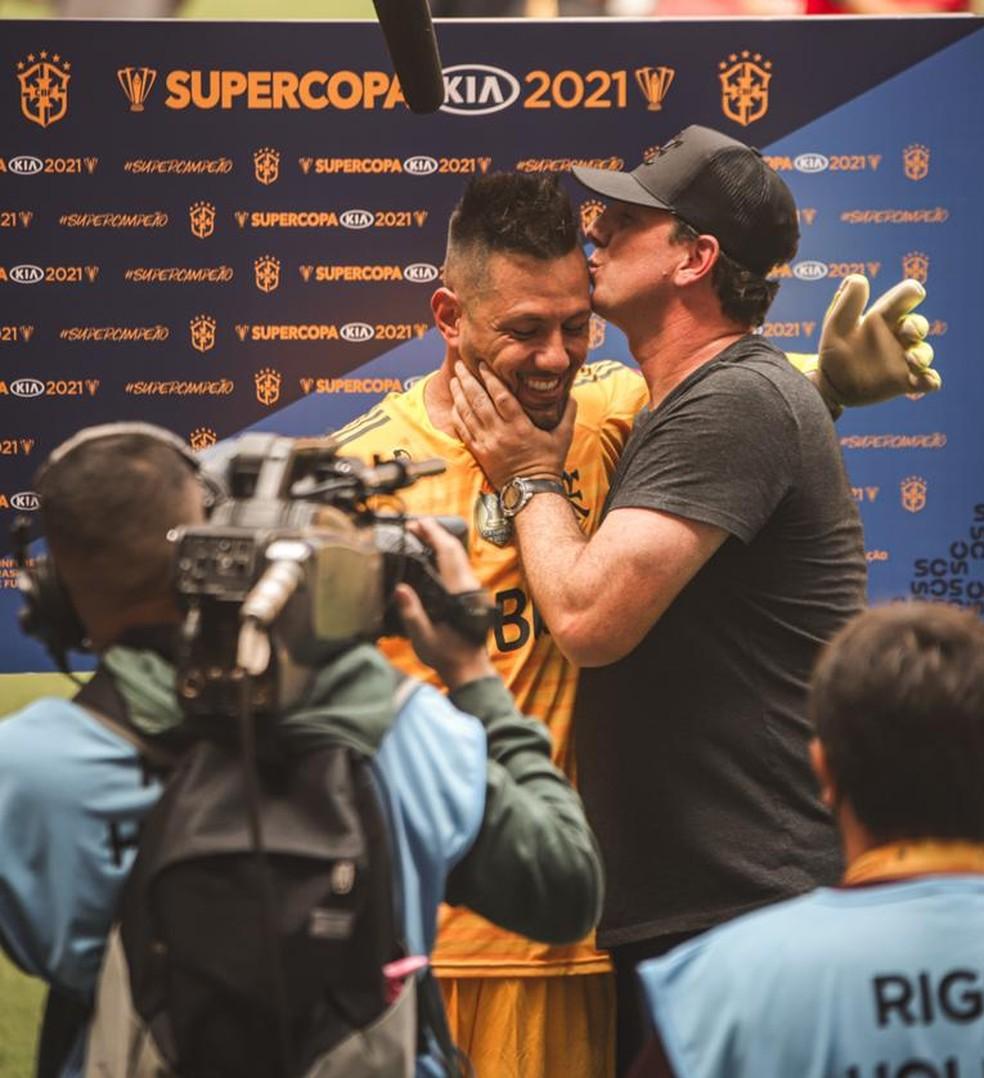Rogério Ceni beija Diego Alves após decisão da Supercopa — Foto: Ricardo Ribeiro