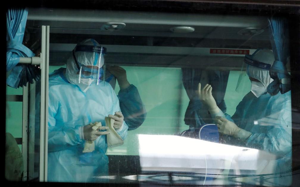 Médicos se preparam dentro de ônibus antes da chegada de uma equipe da Organização Mundial da Saúde (OMS) em Wuhan, em 14 de janeiro de 2021 — Foto: Thomas Peter/Reuters