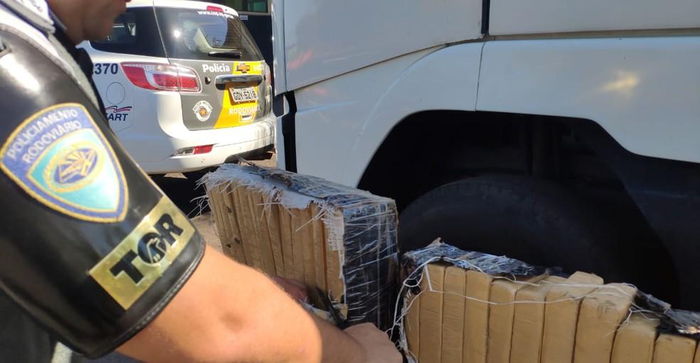 Equipe suspeitou do motorista de um caminhão e encontrou a droga durante as buscas em Ourinhos — Foto: Polícia Rodoviária/Divulgação