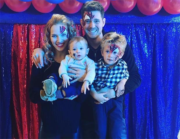 Michael Bublé com a esposa, Luisana Lopilaro, e os filhos Noah e Elias (Foto: Instagram)
