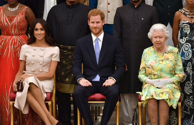 LONDON, ENGLAND - JUNE 26: Meghan, Duchess of Sussex, Prince Harry, Duke of Sussex and Queen Elizabeth II at the Queen's Young Leaders Awards Ceremony at Buckingham Palace on June 26, 2018 in London, England. The Queen's Young Leaders Programme, now in it (Foto: Getty Images)