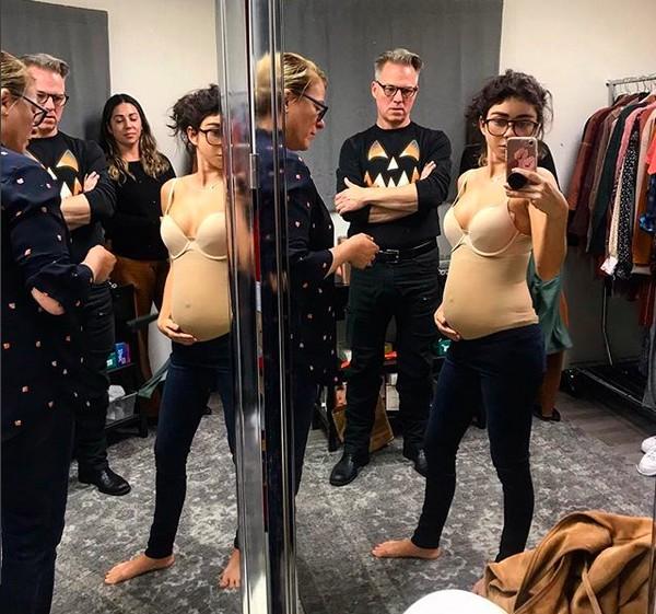 A atriz Sarah Hyland com sua barriga falsa simulando a gravidez de sua personagem em Modern Family (Foto: Instagram)