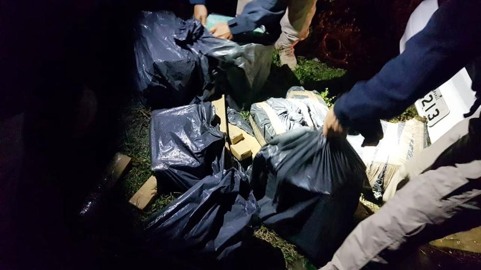 Dentro do veículo foram encontrados 232 tabletes de maconha, pesando 166,2 quilos — Foto: PRF/Divulgação