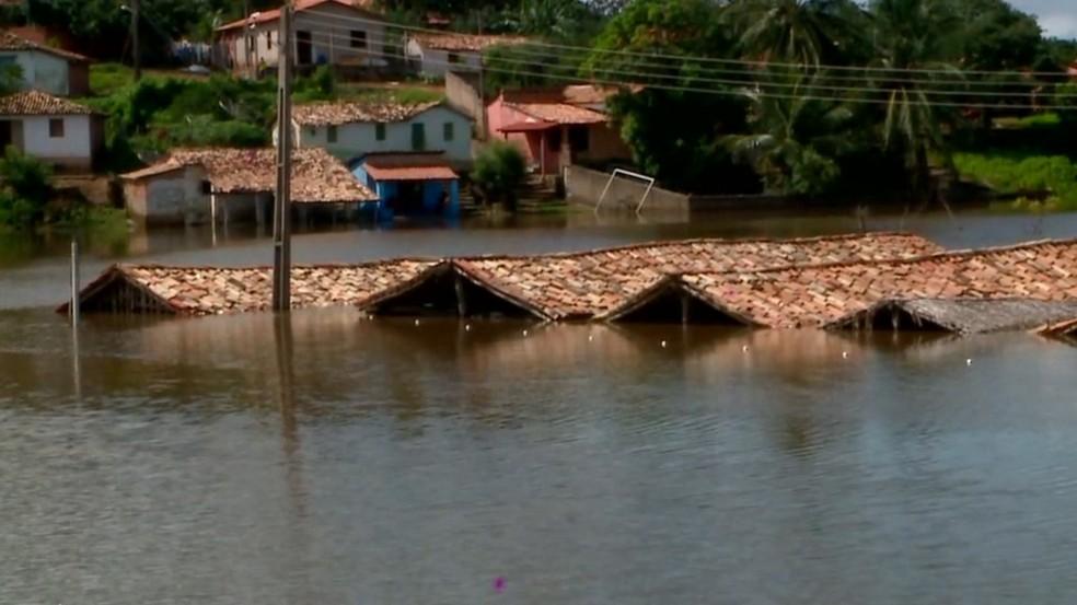Casas ficam debaixo d'água em Buriti dos Lopes — Foto: Reprodução/TV Clube