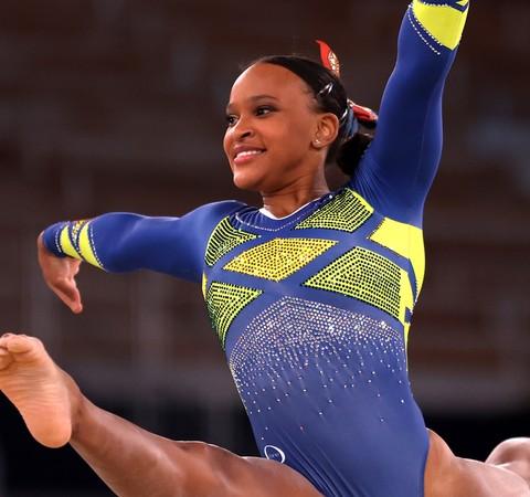 """Rebeca Andrade faz história e conquista medalha de prata: """"Foi muito trabalho psicológico"""""""