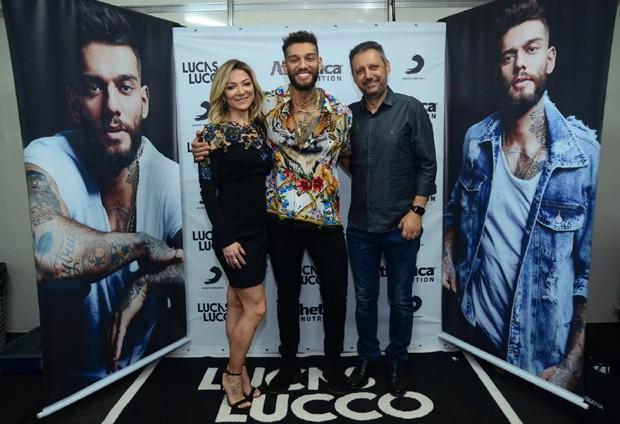 Lucas Lucco com a família (Foto: Webert Belício/AgNews)