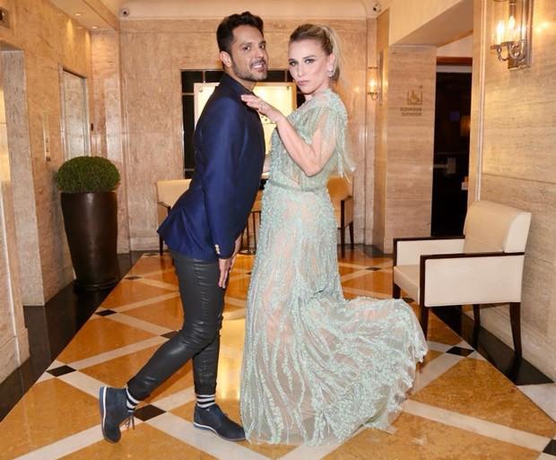 o stylist Renner Souza e a estilista Lethicia Bronstein (Foto: Brazil News)