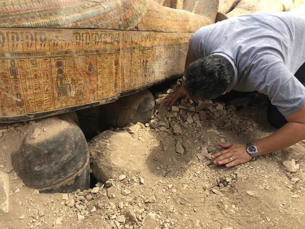 Sarcófagos encontrados por arqueólogos no Egito em uma das maiores descobertas recentes — Foto: Ministério das Antiguidades do Egito/AP