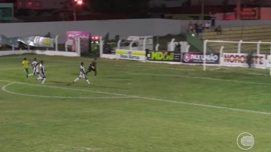 """Atacante de 19 anos faz estreia como profissional com 2 gols por cobertura e narra: """"Fui muito frio"""""""