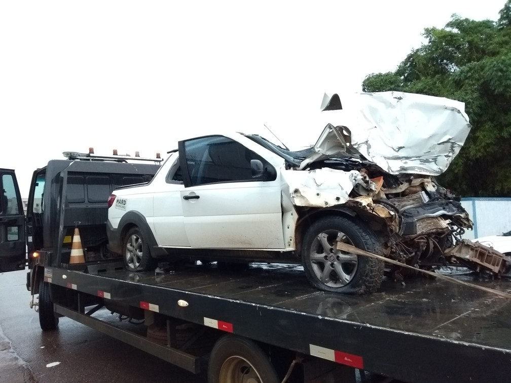 Veículo teve a parte da frente totalmente danificada (Foto: Hosana Morais/G1)