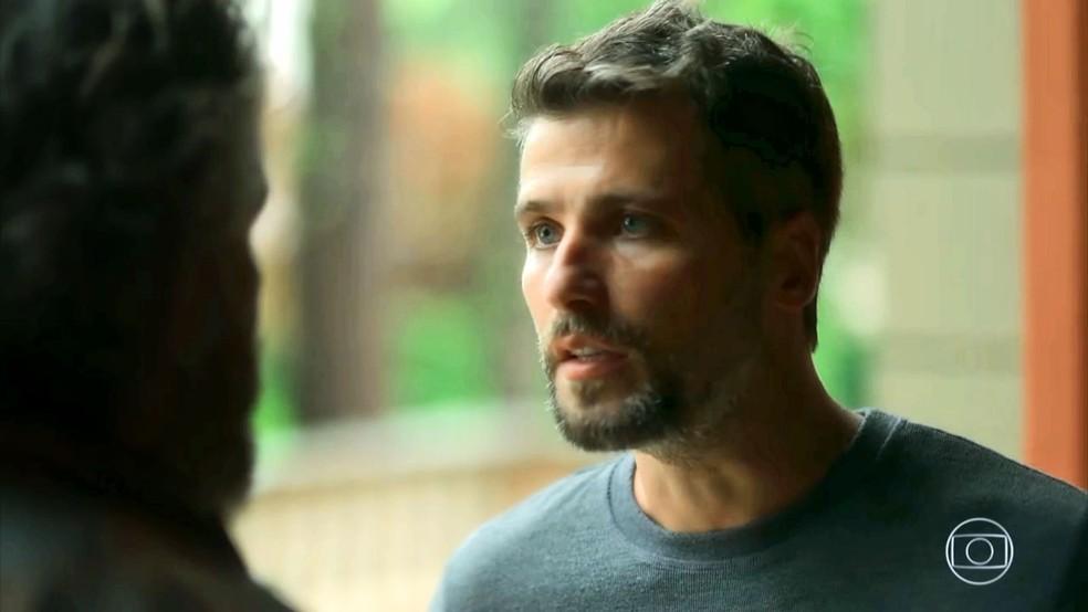 Gabriel (Bruno Gagliasso) diz que Feliciano (Leopoldo Pacheco) está pensando apenas com o coração, na novela 'O Sétimo Guardião' — Foto: TV Globo