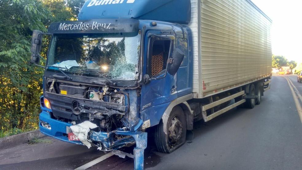 Carro bateu frontalmente em caminhão na BR-153 (Foto: Sandro Devens/Atual FM)