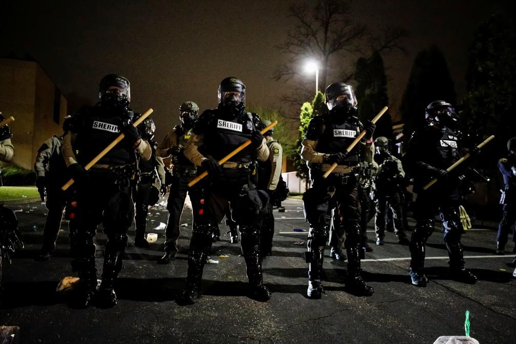 Policiais montam guarda do lado de fora do Departamento de Polícia do Brooklyn Center após a morte de Daunte Wright, no estado do Minnesota — Foto: Nick Pfosi/Reuters