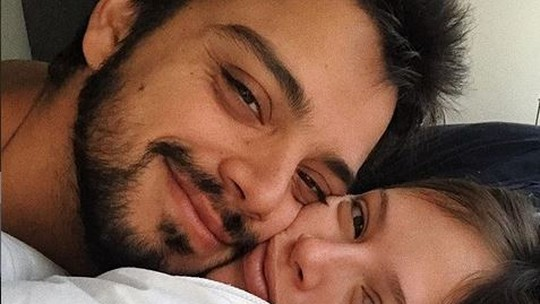 Agatha Moreira comenta beijo de Rodrigo Simas em 'Órfãos da Terra': 'Shippo esse casal'