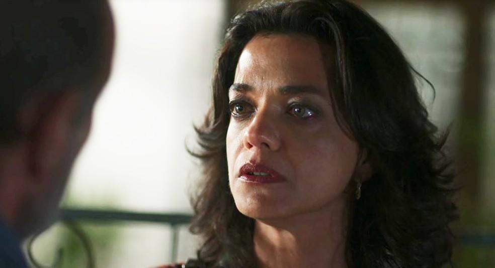 Missade (Ana Cecília Costa) fica surpresa com pergunta de Elias (Marco Ricca)  — Foto: Globo