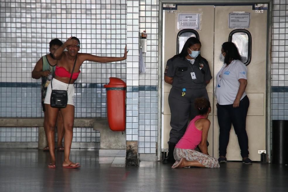 Familiares de homem morto em confronto no Morro do Jacarezinho, no Rio de Janeiro, são vistos na emergência do hospital nesta quinta-feira (6) — Foto: Betinho Casas Novas/Futura Press via Estadão Conteúdo