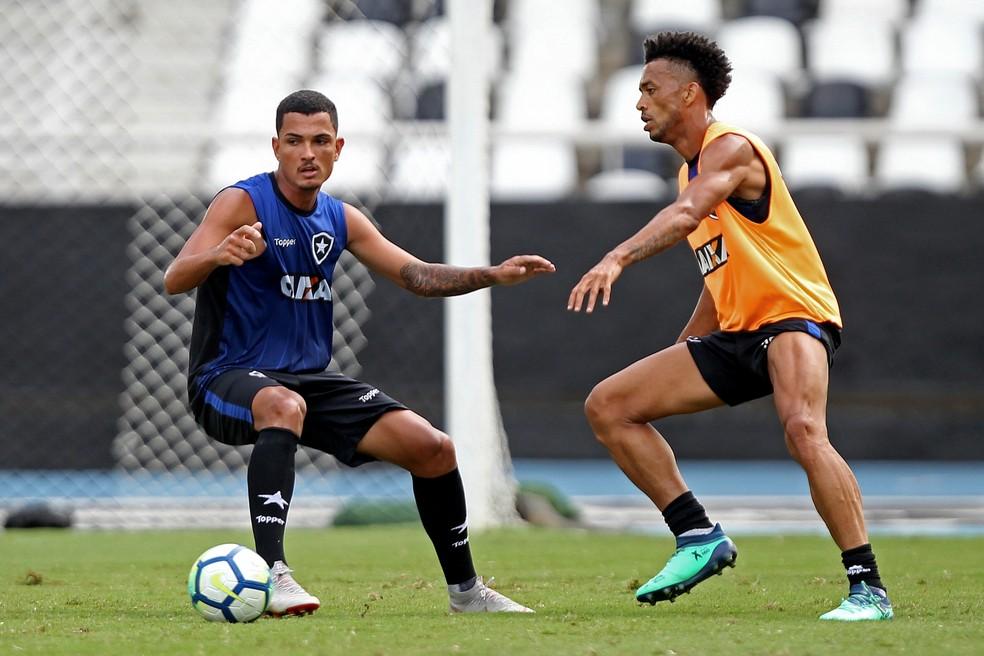 Alessandro disputa bola com Luís Ricardo em treino do Botafogo �- Foto: Vitor Silva/SS Press/Botafogo