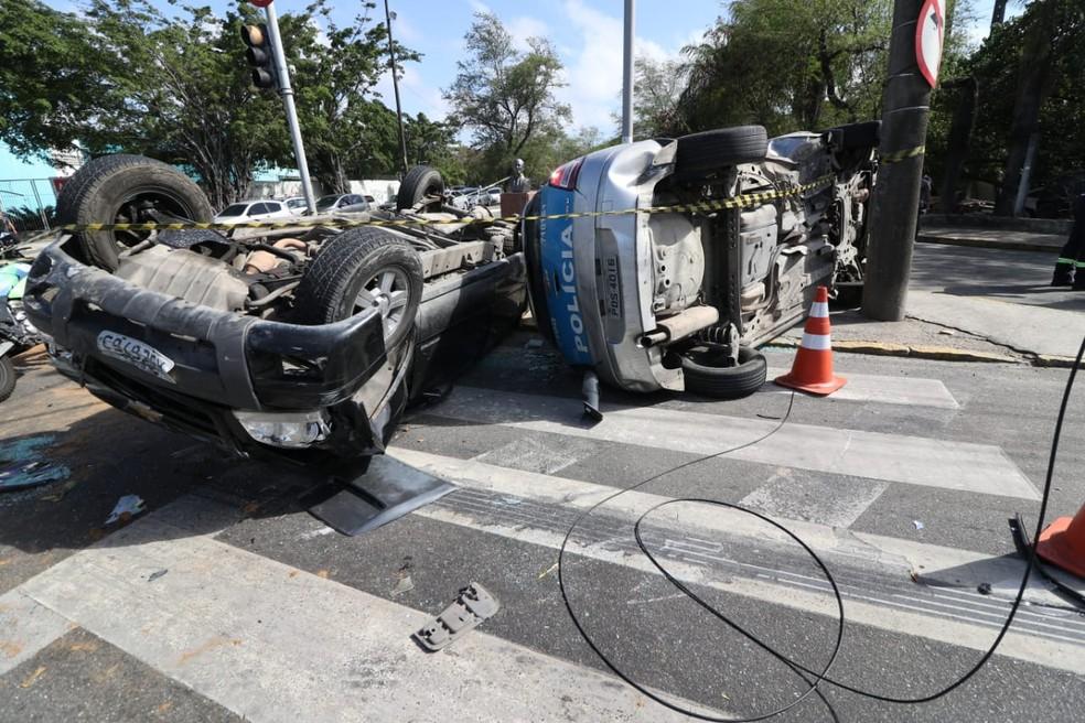 Viatura da PM e caminhonete capotaram após colisão no Centro do Recife — Foto: Marlon Costa/Pernambuco Press