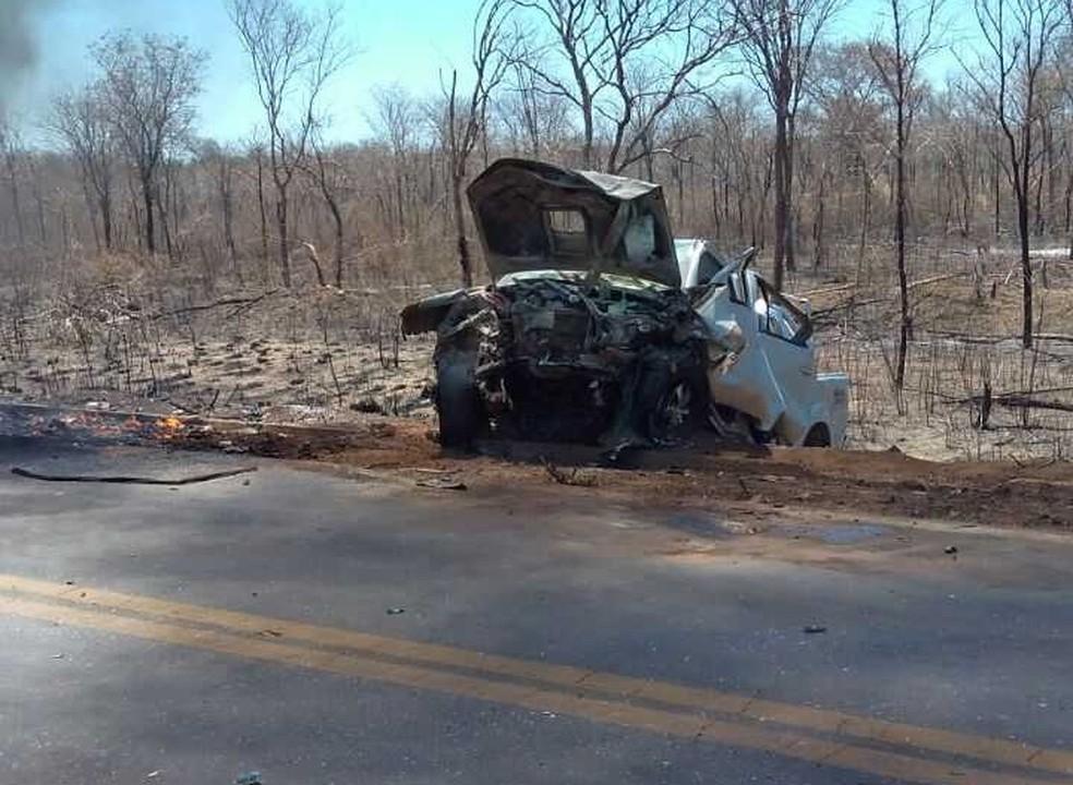 Caminhonete bateu de frente com outro carro, que acabou pegando fogo (Foto:  Jadiel Luis/Blog Sigivilares)