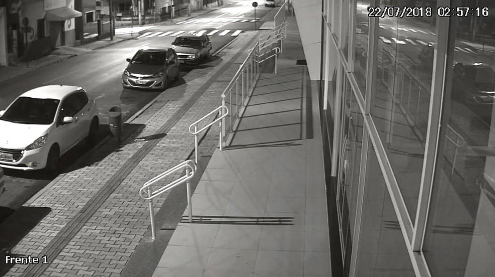 Imagens da queda da advogada, em Guarapuava, foram registradas pelas câmeras do prédio onde o casal morava (Foto: Câmeras de segurança)
