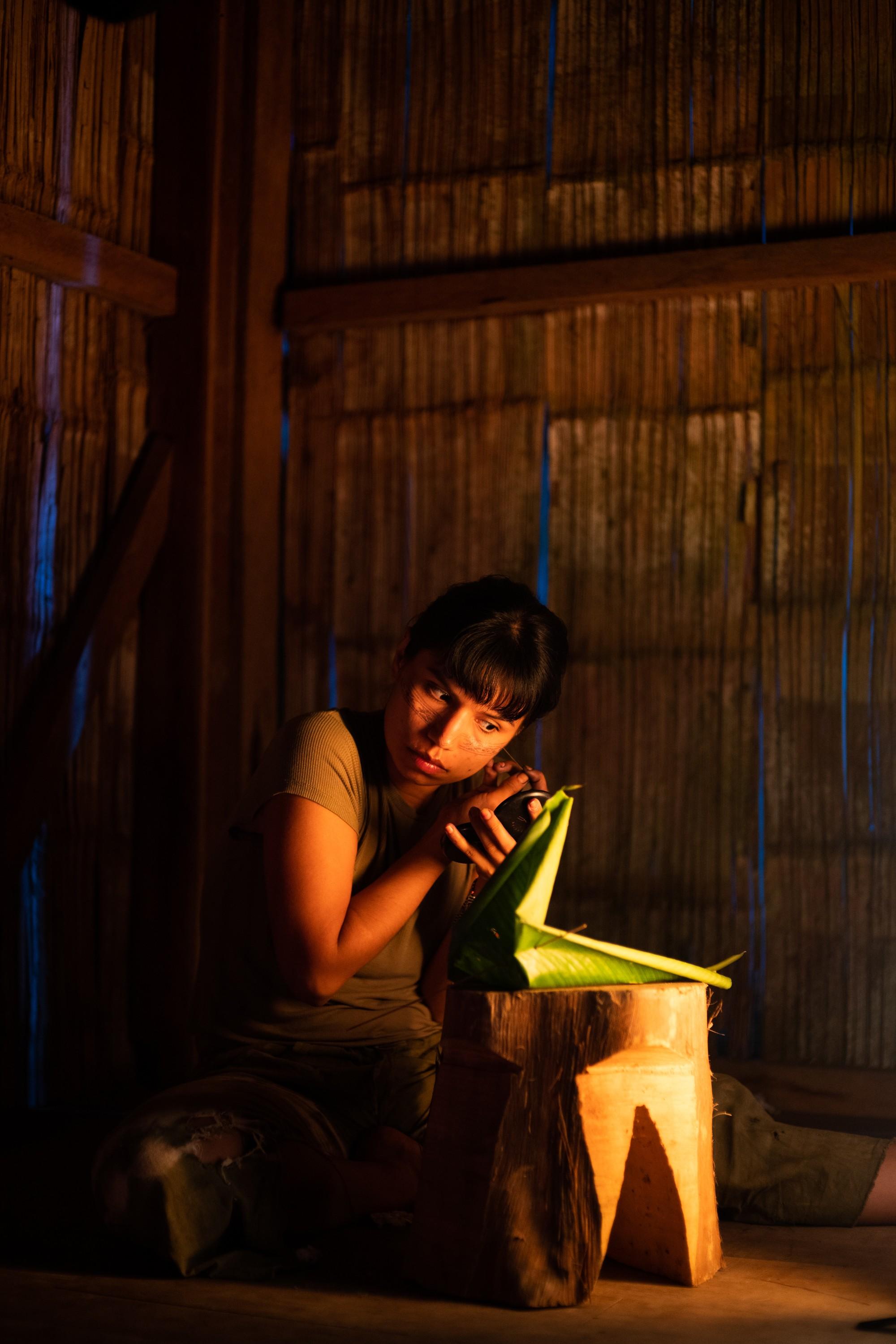 Nina aplica a wituk jawirina (tinta tradicional) em casa em Sarayaku, território Kichwa no Amazônia equatoriana, em preparação para um encontro de mulheres indígenas (Foto: Alice Aedy)