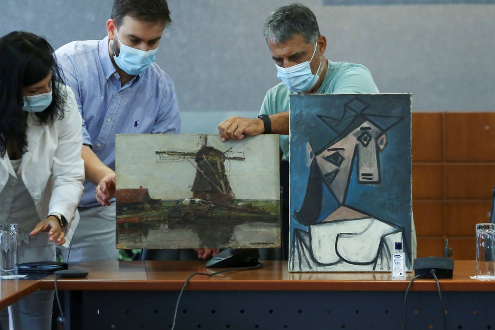 Obras de Pablo Picasso e do pintor holandês Piet Mondrian são recuperadas pela polícia grega após roubo Galeria Nacional em 2012 — Foto: REUTERS/Costas Baltas