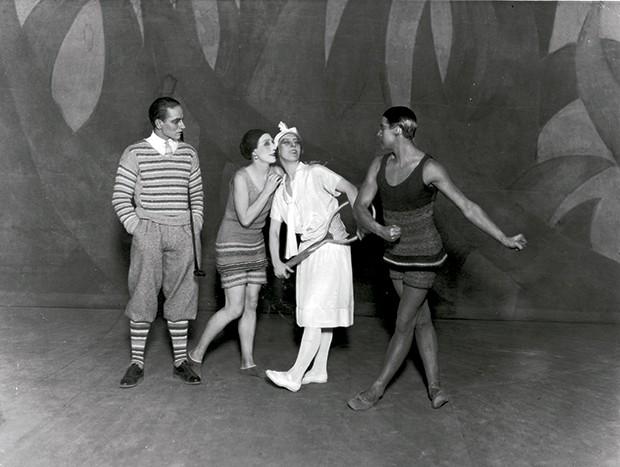 Cashmere - Listras e inspiração náutica no visual de Jean Cocteau  e bailarinas do lLe Train Bleu: tudo com assinatura de Coco Chanel (Foto: O.Saillant, Lucile Perron)