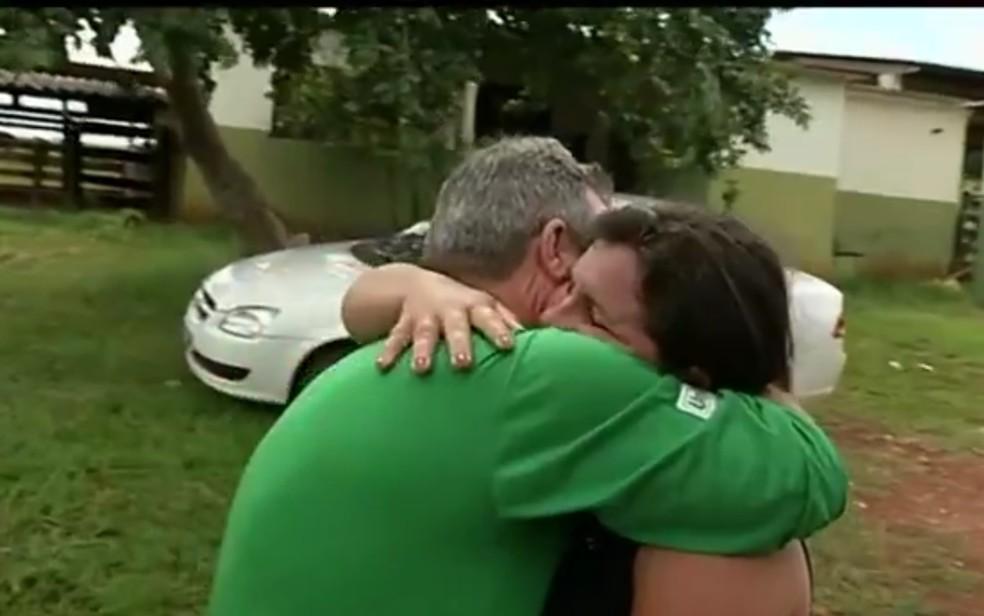 Nilton Totole se emocionou ao ver a filha Maria Aparecida Silva Oliveira em Rio Verde (Foto: TV Anhanguera/Reprodução)