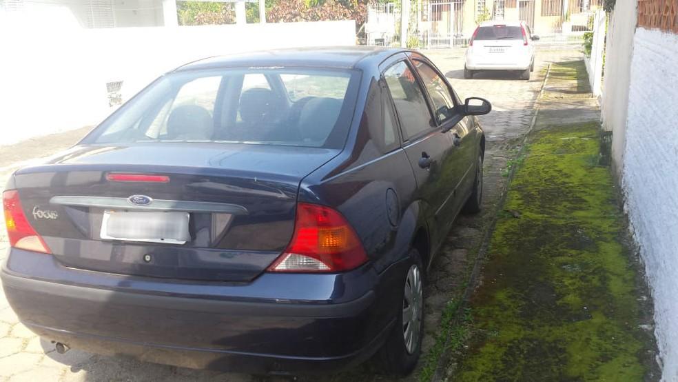 Carro de uma das vítimas foi encontrado na manhã deste sábado (Foto: Polícia Civil/Divulgação)