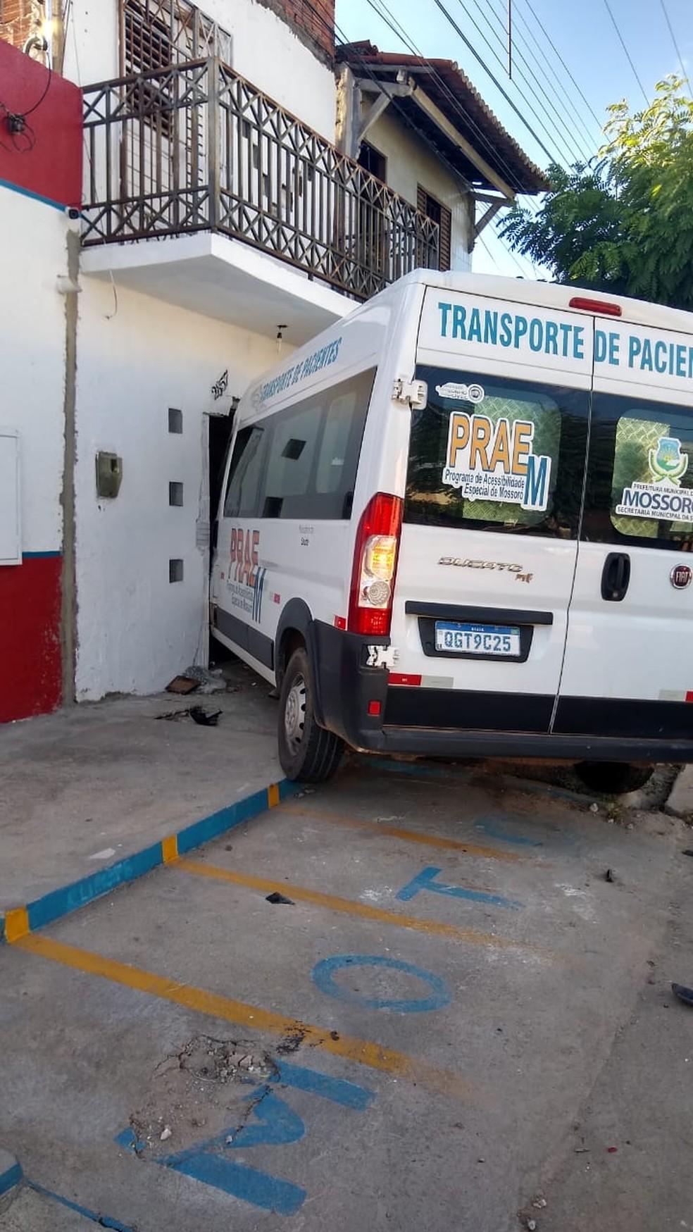 Van da secretaria de saúde de Mossoró, que transportava vacinas, bate em parede de residência neste domingo, 27 — Foto: Redes sociais
