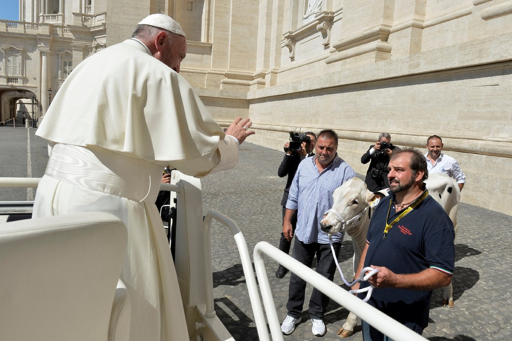 Papa acena para homem com vaca no Vaticano (Foto: Osservatore Romano/Reuters)
