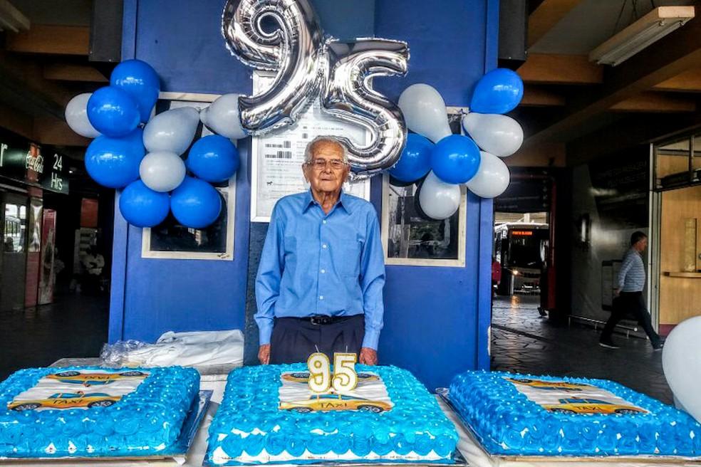 Aniversário de Juvenal foi comemorado no ponto da rodoviária, onde trabalha desde 1982, com uma festa oferecida pelos colegas de trabalho (Foto: Aldo Borges/PMPA)