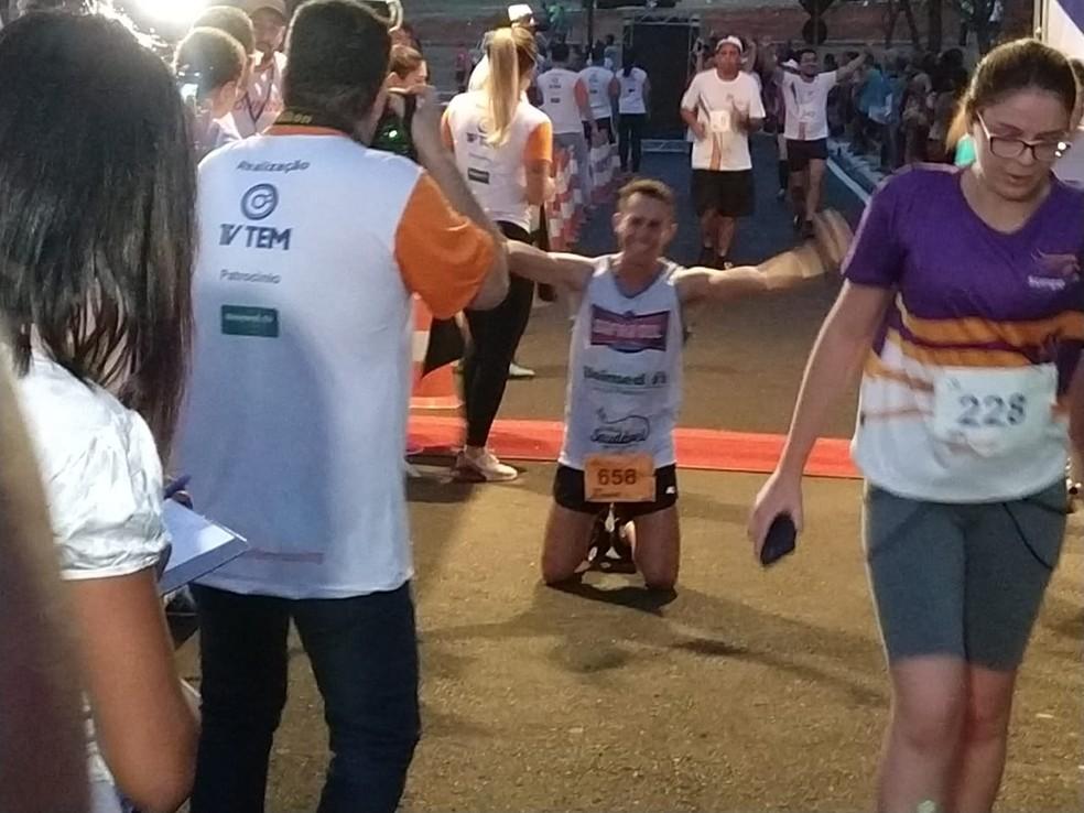 Chegada de Fernando Collino, vencedor da categoria 10 km em Bauru  (Foto: Sérgio Pais)