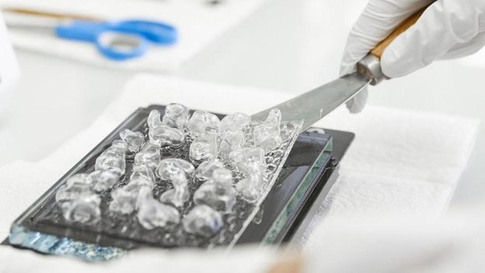 Com a ajuda da nova tecnologia, fabricantes de aparelhos auditivos conseguem produzir peças com maior precisão — Foto: Sonova