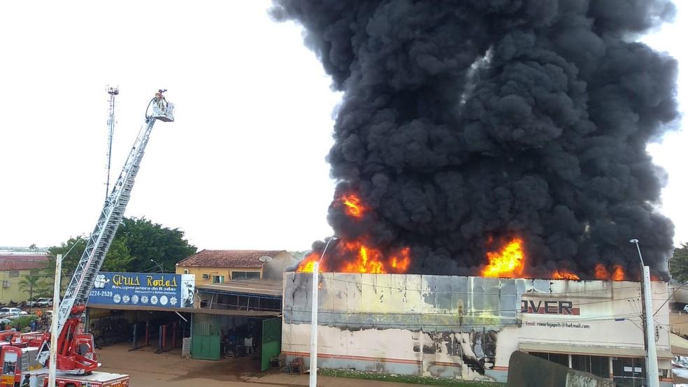 Caminhão do Corpo de Bombeiros trabalha para conter incêndio — Foto: Lilian Oliveira/Rede Amazônica