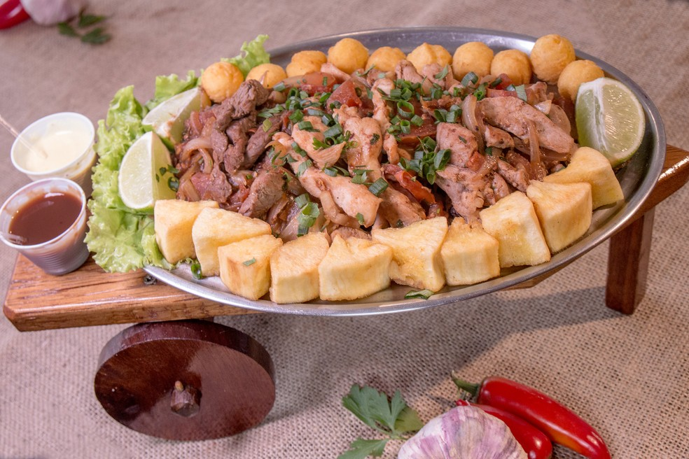 Contrafilé, filé de lombo de porco e filés de frango fritos em tiras temperados com tomate e cebola (Foto: Renata Prado/Divulgação)