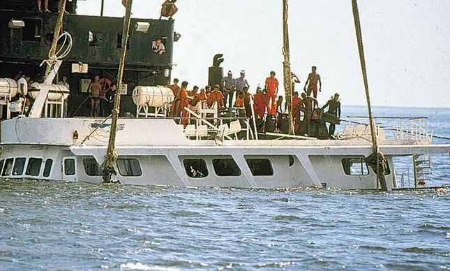 Bateau Mouche sendo içado: 142 passageiros estavam a bordo