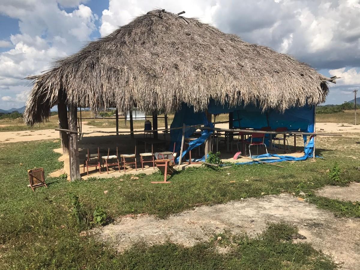 Escola infantil em RR funciona em sede improvisada com 'paredes' de madeira e lona e teto de palha