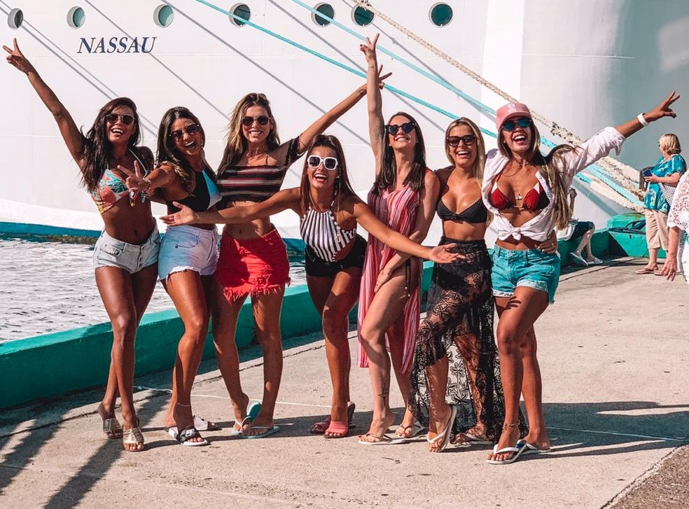 Bailarinas do 'Domingão do Faustão' posam em frente a cruzeiro nas Bahamas — Foto: Arquivo Pessoal