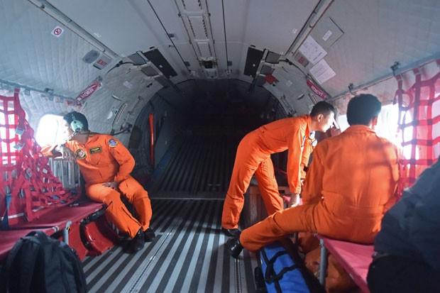 Equipes de busca da Força Aérea da Indonésia procuram o avião da AirAsia que caiu neste domingo (28); destroços foram encontrados a 10 km do último ponto de contato da aeronave (Foto: Bay Ismoyo/AFP)