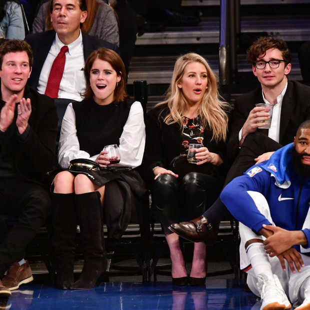 NEW YORK, NY - OCTOBER 27:  Jack Brooksbank, Princess Eugenie of York, Ellie Goulding and Caspar Jopling attend the Brooklyn Nets Vs New York Knicks game at Madison Square Garden on October 27, 2017 in New York City.  (Photo by James Devaney/WireImage) (Foto: WireImage)
