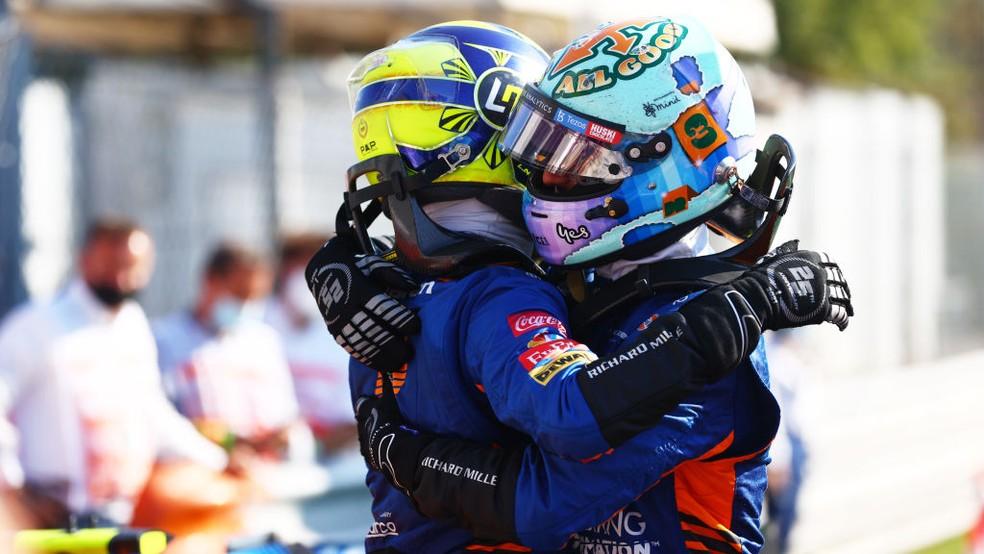 Daniel Ricciardo e Lando Norris comemoram dobradinha da McLaren no GP da Itália — Foto: Dan Istitene - Formula 1/Formula 1 via Getty Images