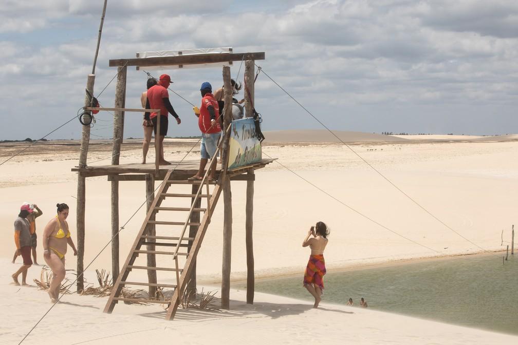 Turistas se preparam para andar na tirolesa: aventura em Jeri — Foto: Celso Tavares/G1