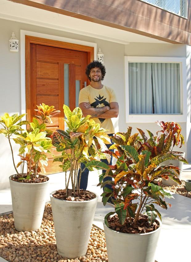 Jesus Luz na entrada de sua casa com crótons em vasos de cimento queimado com seixo de rio lavado no pé. (Foto: Gustavo Bresciani/Divulgação)