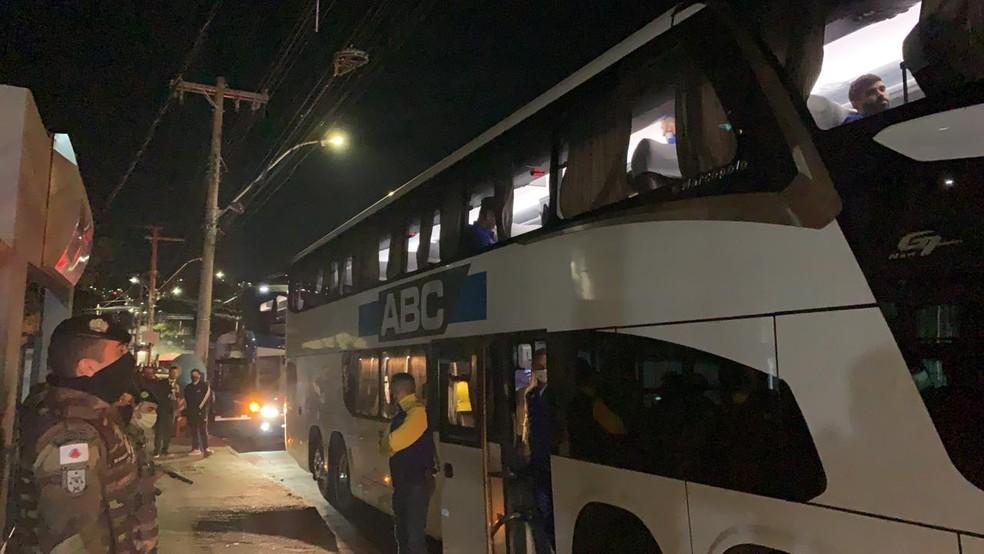 Membros do Boca Junior são levados à delegacia em Belo Horizonte — Foto: Guilherme Frossard